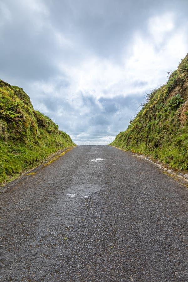 La route se lève jusqu'à l'horizon, sao Miguel Island, Açores images stock