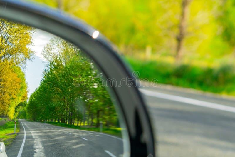 La route signent le miroir arrière de vision image stock