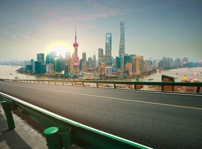 La route vide a donné au plancher une consistance rugueuse avec la vue aérienne à la digue SK de Changhaï photos stock