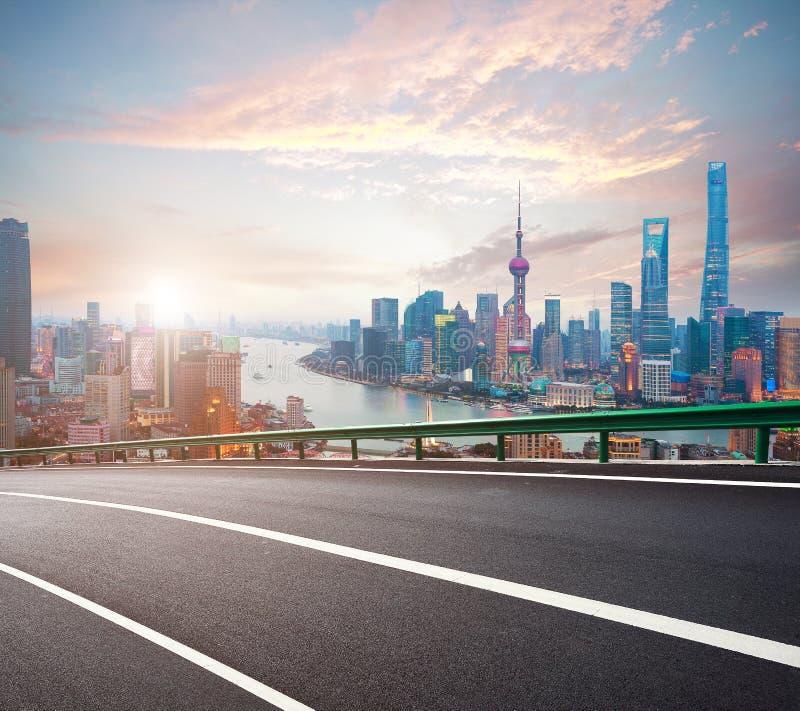La route vide a donné au plancher une consistance rugueuse avec la vue aérienne à la digue SK de Changhaï photo libre de droits