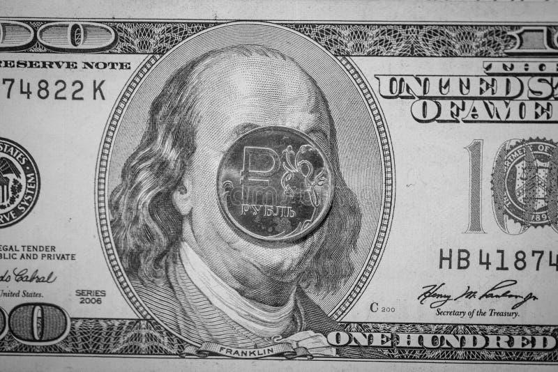 La rublo estaba abajo Tipos de cambio El ratio de la rublo al dólar fotos de archivo libres de regalías