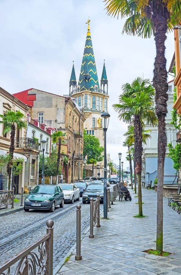 La rue avec la tour verte photographie stock libre de droits