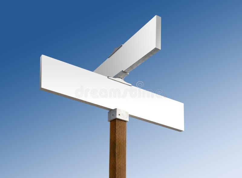 La rue blanc blanche signent dedans les cieux bleus photos stock