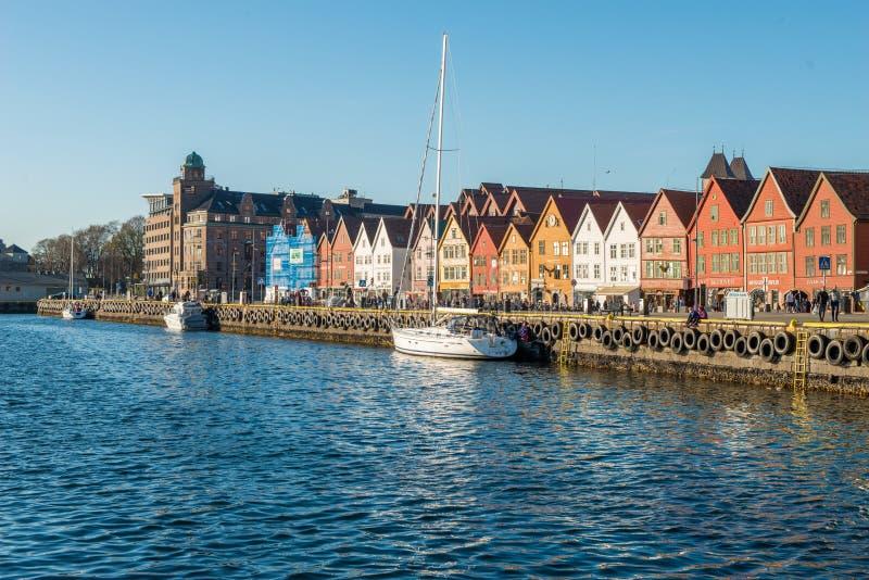 La rue célèbre de Bryggen avec les maisons colorées en bois à Bergen, Norvège, patrimoine mondial de l'UNESCO citent - le fond d' photos libres de droits