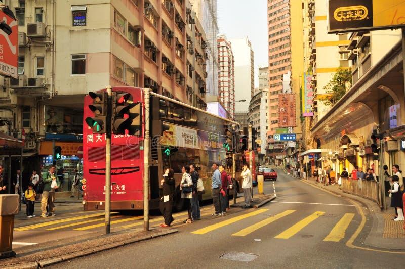 La rue commerciale l'autobus de deux couches et les passants sur la rue de Hong Kong regardent au central photo libre de droits