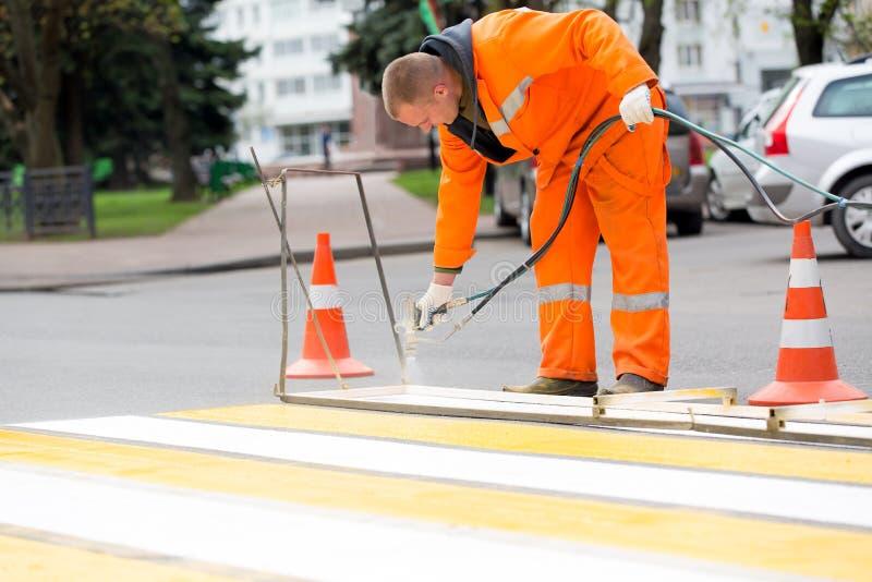 La rue d'inscription de travailleur de route raye le passage clouté photos stock