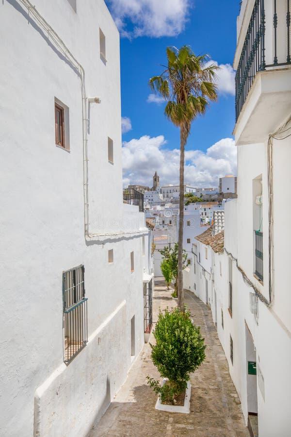 La rue dans le village andalou typique a appelé la La Frontera de Vejer De photo stock