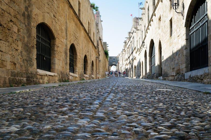 La rue de chevaliers de la vieille ville de Rhodes est la rue médiévale la plus préservée en Europe, Grèce image stock
