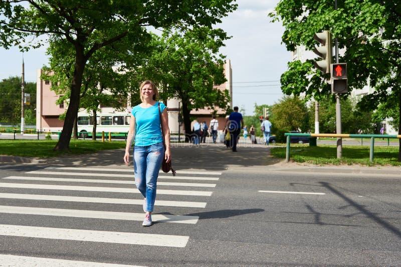 La rue de croisement de femme est dangereuse à la lumière rouge image libre de droits