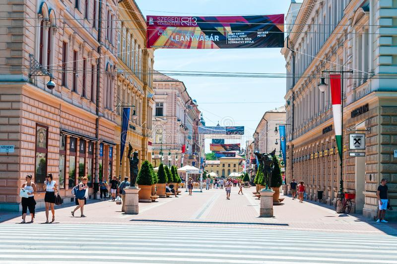La rue de Karasz est la canalisation, la plupart de rue piétonnière célèbre et attrayante dans Szeged Beaucoup de banques, de res photo libre de droits