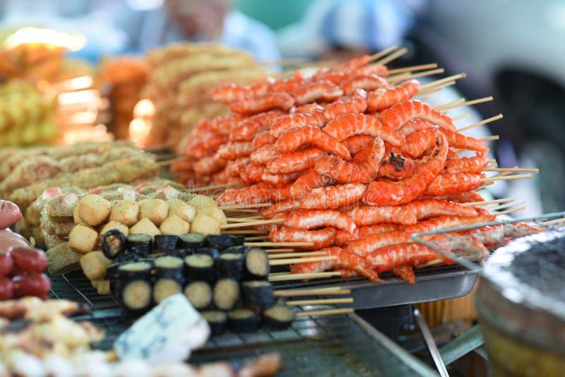 La rue de nourriture en Thaïlande, viande a grillé sur des bâtons photographie stock libre de droits
