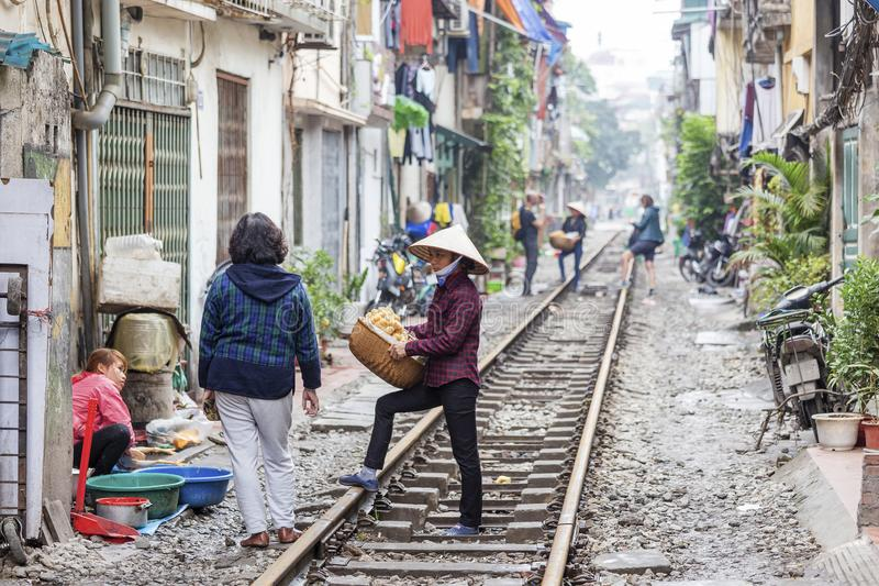 La rue de train à Hanoï, Vietnam photo stock