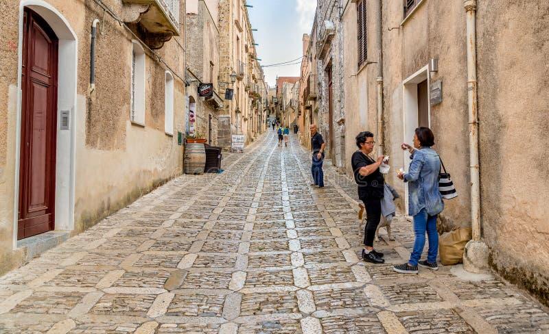 La rue en pierre étroite typique au centre historique médiéval d'Erice, est attraction pour des touristes photo libre de droits