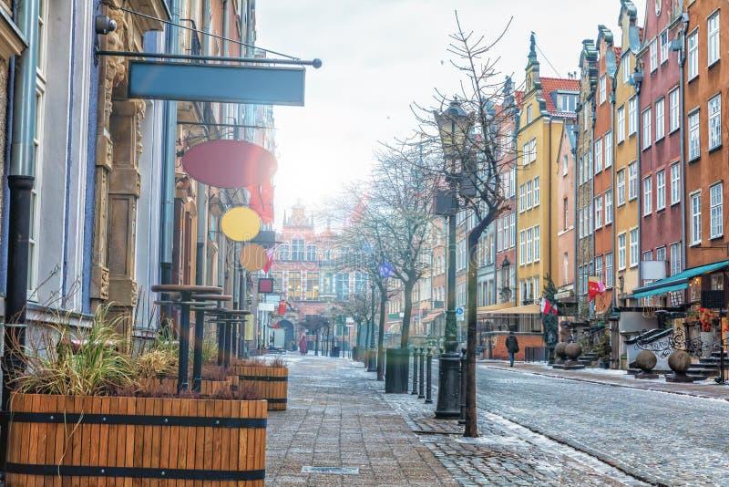 La rue européenne de Danzig a appelé Piwna dans le soleil de matin photographie stock libre de droits