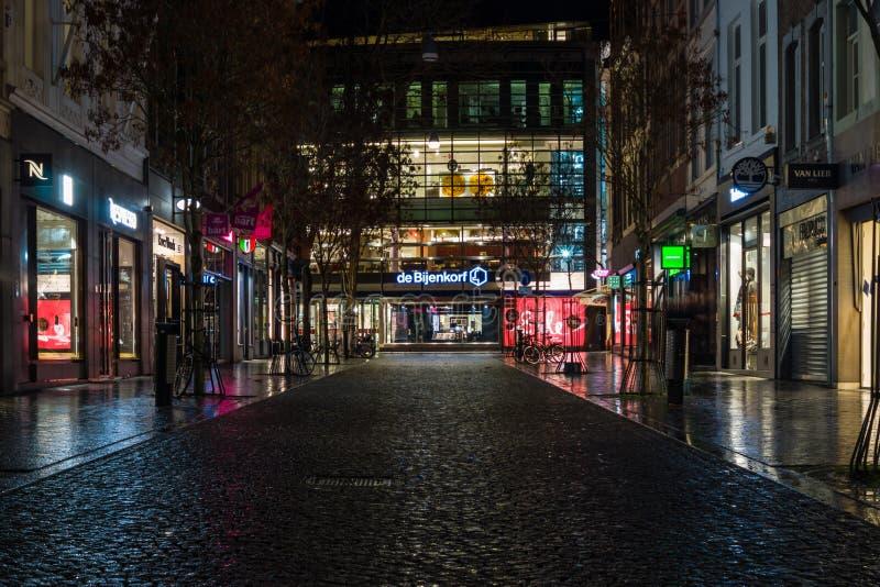 La rue le soir s'allume au centre historique photographie stock libre de droits