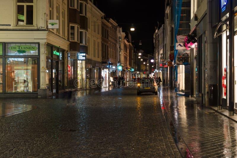 La rue le soir s'allume au centre historique image stock