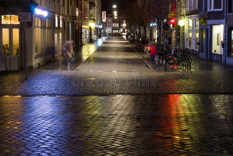 La rue le soir s'allume au centre historique images stock