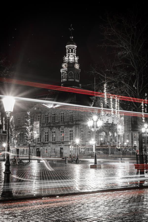 La rue le soir s'allume au centre historique images libres de droits