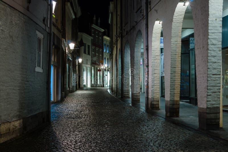 La rue le soir s'allume au centre historique photos stock
