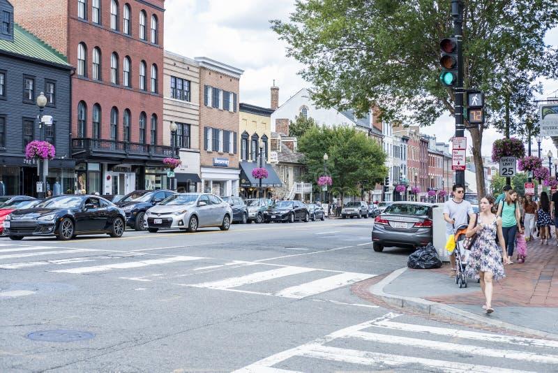 La rue passante à Georgetown a rempli de boutiques, de restaurants, de cafés, de clients, de voitures, etc. #3 images stock