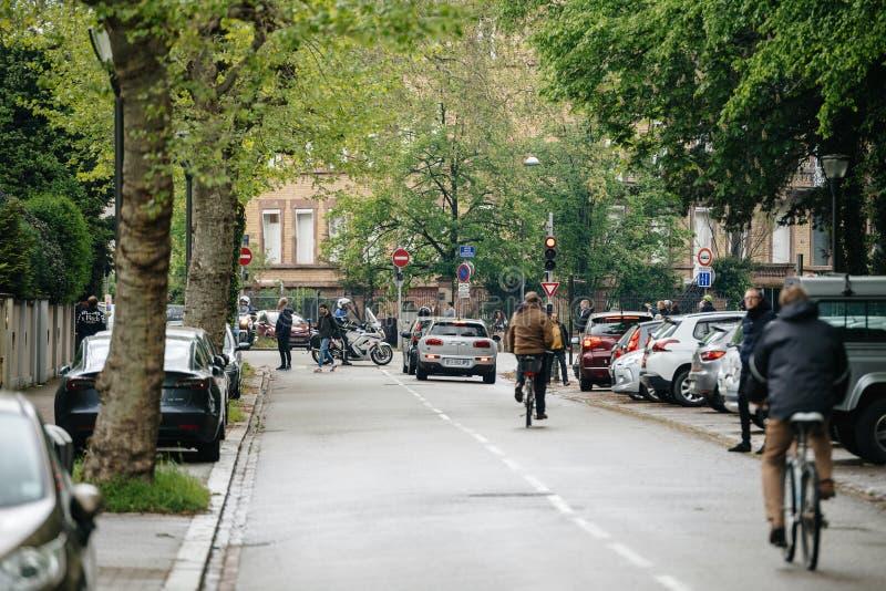 La rue presque vide pendant les gilets jaunes protestent photos stock