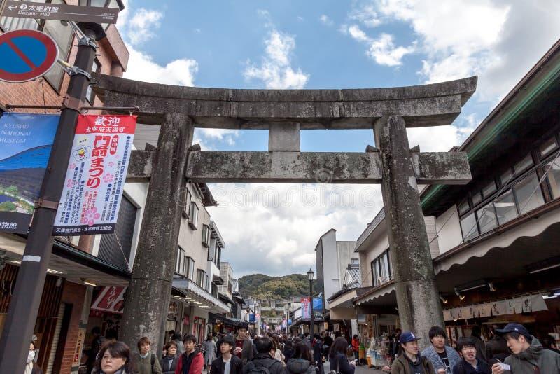 La rue principale de Dazaifu avant vont au tombeau de Dazaifu Tenmangu en préfecture de Fukuoka, Japon image libre de droits