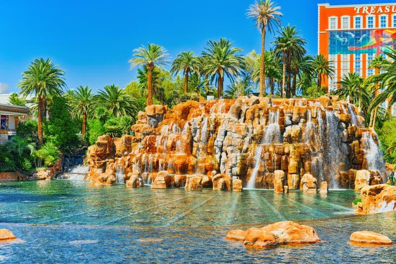 La rue principale de Las Vegas est la bande Casino, hôtel et île de trésor de station de vacances photos libres de droits
