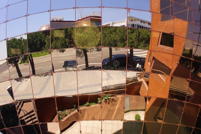 La rue s'est reflétée dans beaucoup des miroirs photographie stock libre de droits