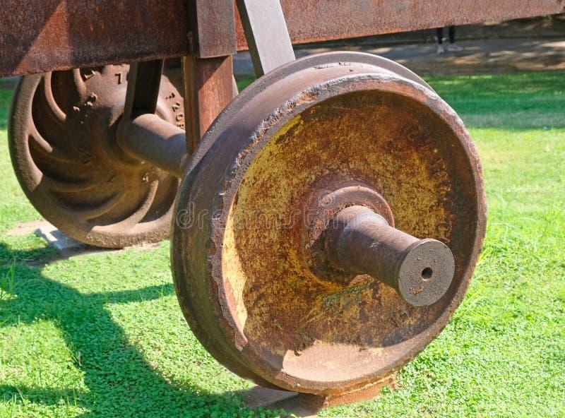 La rueda cubrió con moho del coche del ferrocarril viejo foto de archivo libre de regalías