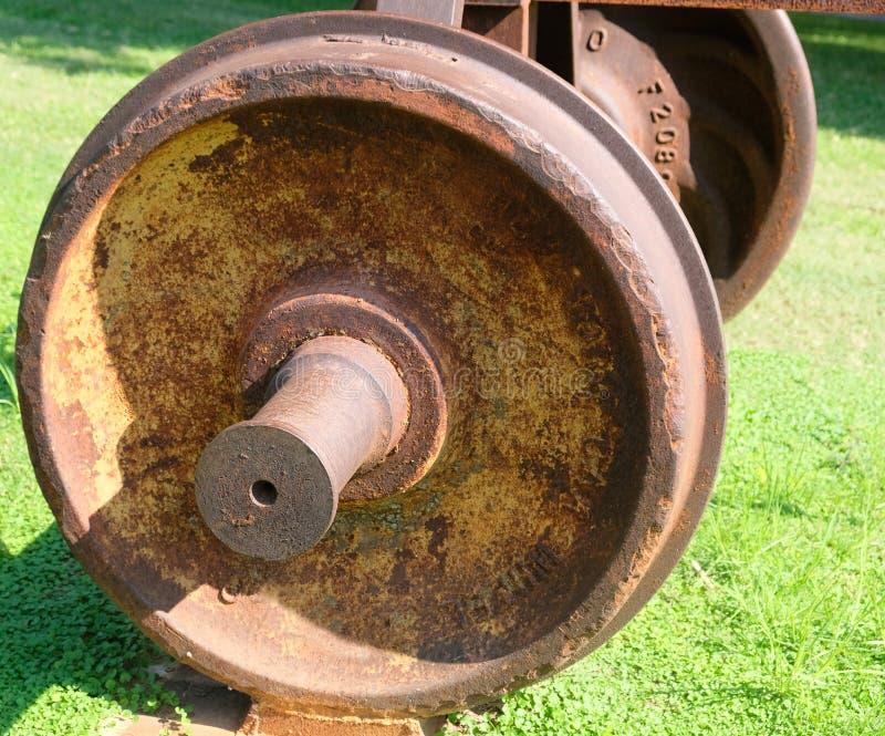La rueda cubrió con moho del coche del ferrocarril viejo fotografía de archivo libre de regalías