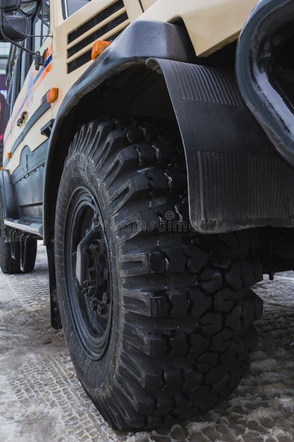 La rueda de la emergencia ruck - el microbús al aire libre ruso rojo grande de SUV imagen de archivo