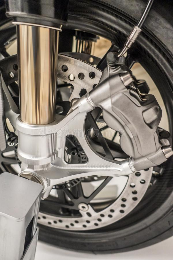 La rueda de la motocicleta con los frenos dic y los choques se cierran para arriba imagenes de archivo