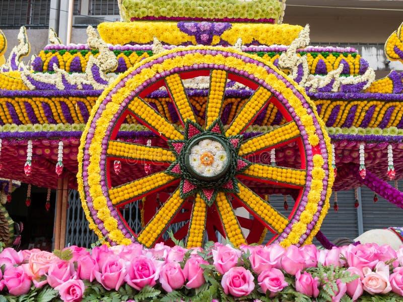 La rueda de un carro se hace de las flores (festival de la flor, Tailandia) foto de archivo