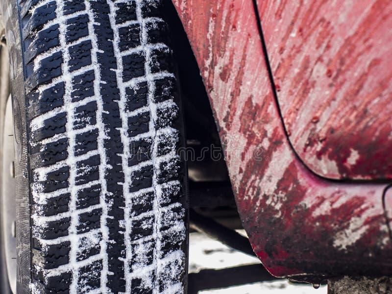 La rueda de un coche y de un cuerpo salpicado fotos de archivo libres de regalías