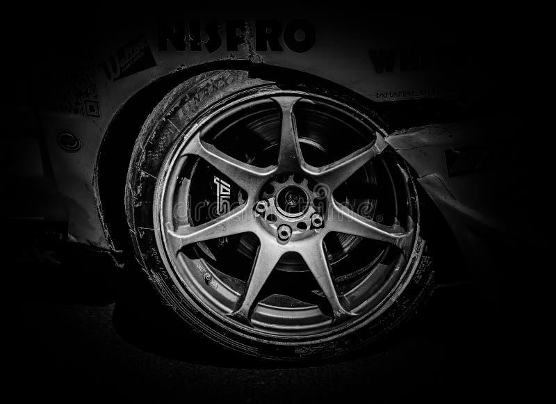 La rueda delantera de un coche de la deriva fotografía de archivo libre de regalías