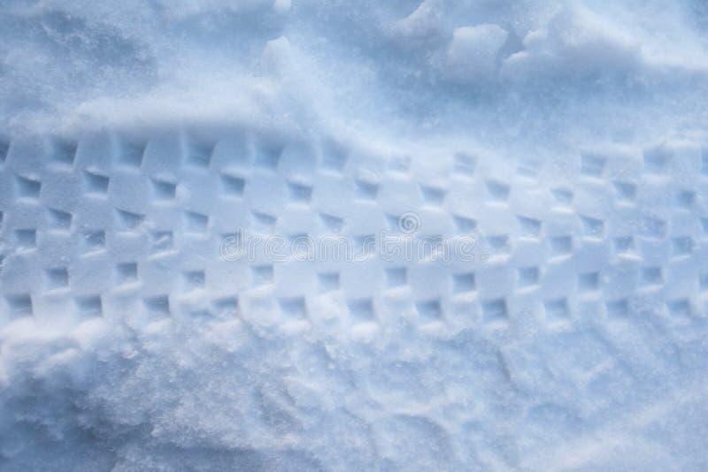 La rueda marca de una bicicleta en la nieve fotos de archivo