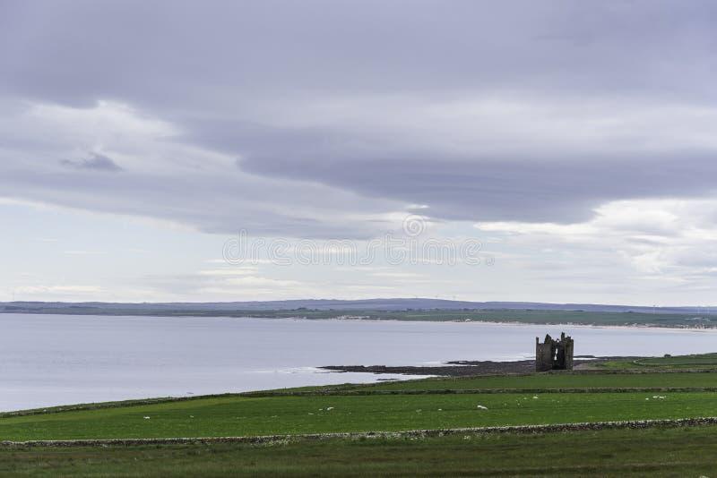 La ruina de un castillo medieval en Caithness fotografía de archivo