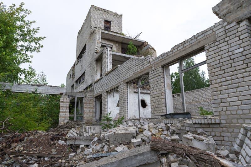 La ruina de una institución educativa La escuela arruinada fotografía de archivo