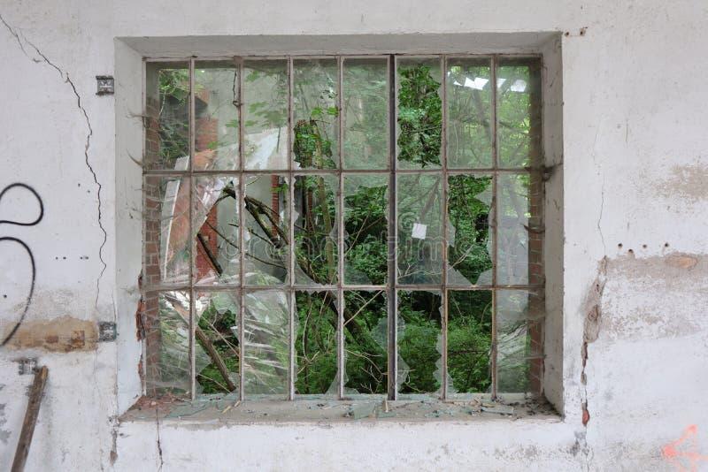 La ruine industrielle du textile - Brocked Windows - France photo stock