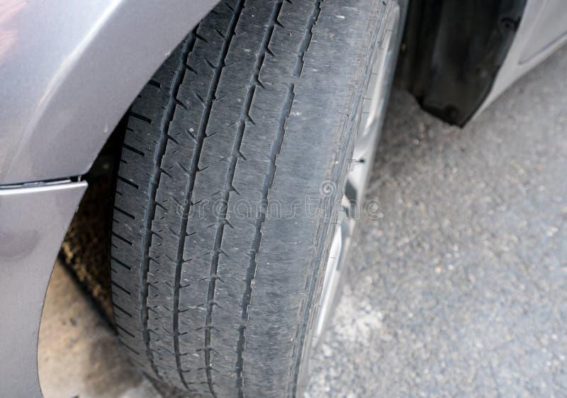 La ruota anteriore calva si stanca sul veicolo che ha bisogno della sostituzione fotografie stock