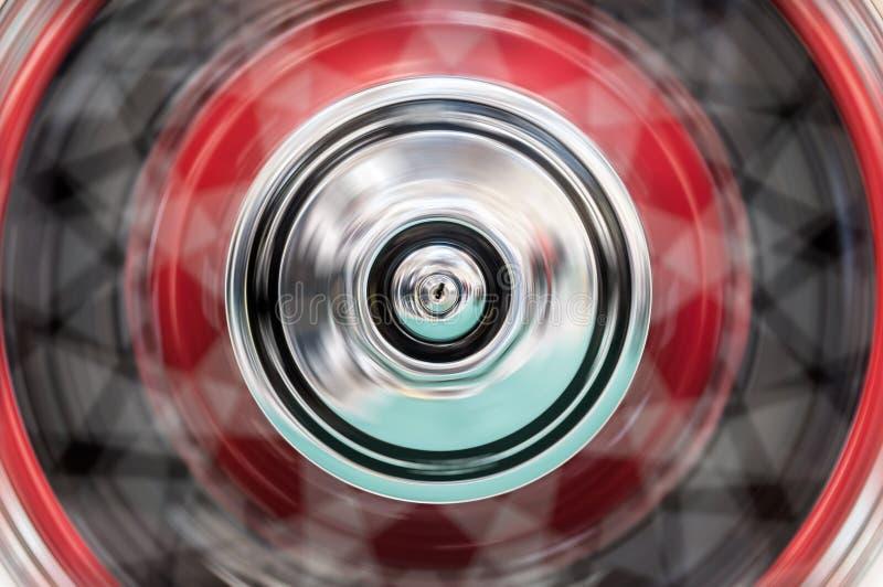 La ruota dell'automobile che gira velocemente con la sfuocatura immagini stock