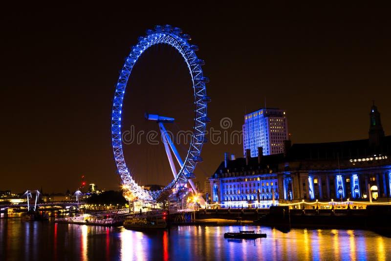 La ruota dell'occhio di Londra ed il County Hall alla notte fotografia stock