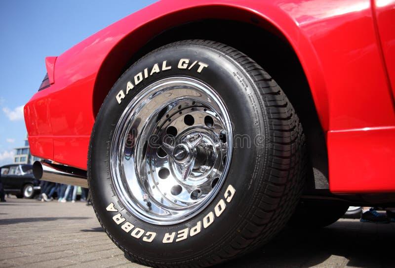 La ruota di un'automobile sportiva al salone dell'automobile, Bielorussia, Minsk, può, 07 2016: festival di nternational di retro fotografie stock