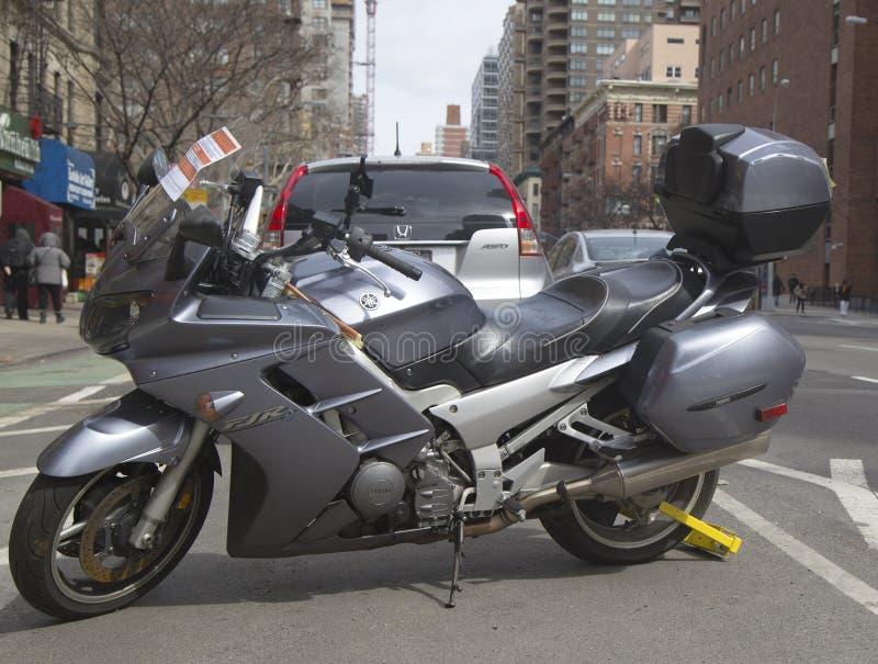 La ruota fissa un motociclo illegalmente parcheggiato fotografia stock