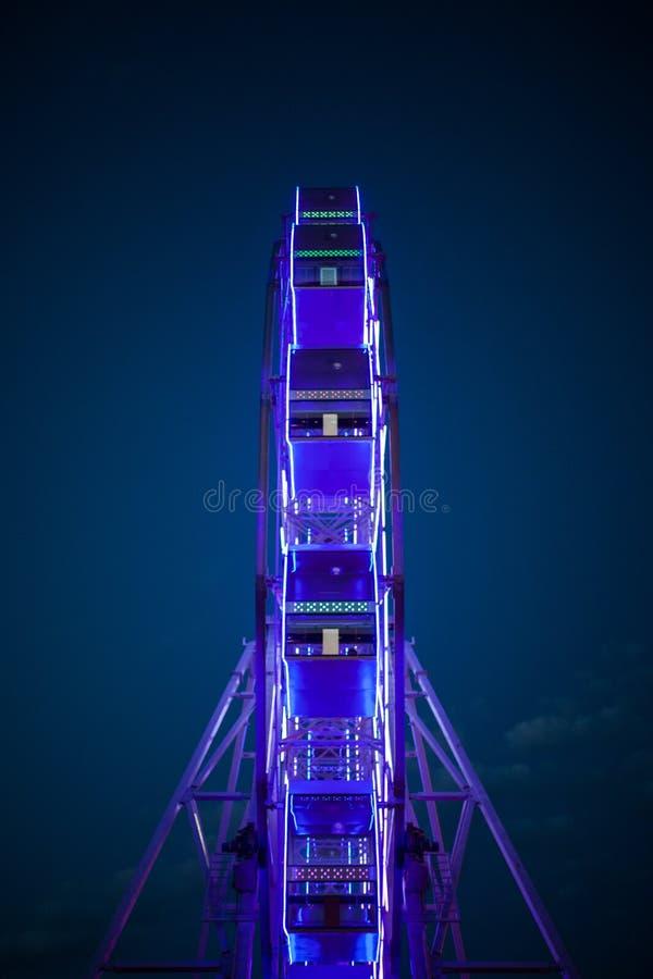 La ruota panoramica alle luci al neon fotografia stock
