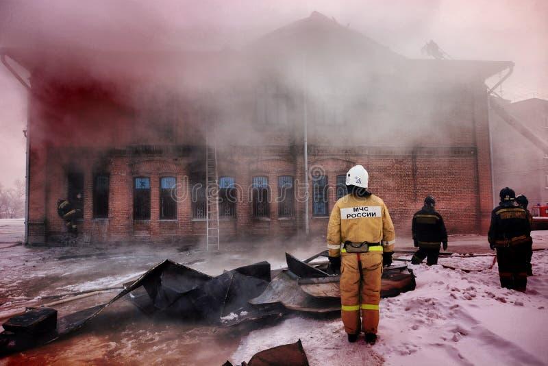 La Russia, Barnaul- 6 febbraio 2018 I pompieri ed i soccorritori estinguono un fuoco nel museo della guerra fotografia stock libera da diritti