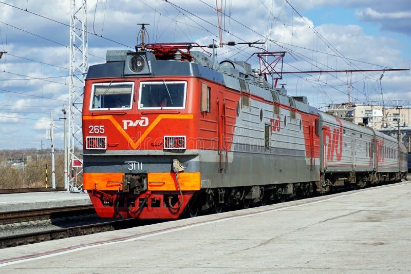 La Russia, città di Magnitogorsk, - 25 aprile, 2015 Il treno passeggeri arriva alla stazione ferroviaria della città con una loco fotografie stock libere da diritti