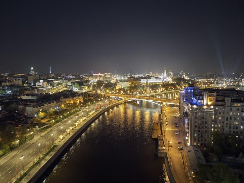 La Russia, Cremlino di Mosca - maggio 2019, Cremlino e fiume di Mosca alla notte Siluetta dell'uomo Cowering di affari Architettu immagini stock