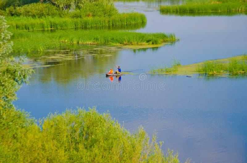 La Russia 30 giugno 2018: il tributario del fiume Volga nelle canne e dei verdi nei pescatori di Dali fotografia stock