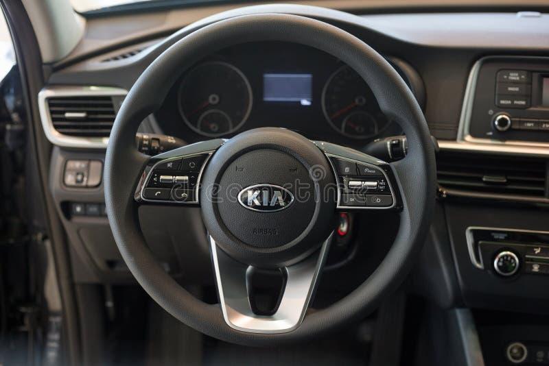 La Russia, Iževsk - 4 luglio 2019: Sala d'esposizione KIA Interno di nuovi optimum del Business class dell'automobile Marca famos immagine stock libera da diritti